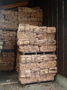 Flere paller med tørr fyringsved klare for levering til Bærum, Asker eller Hole.