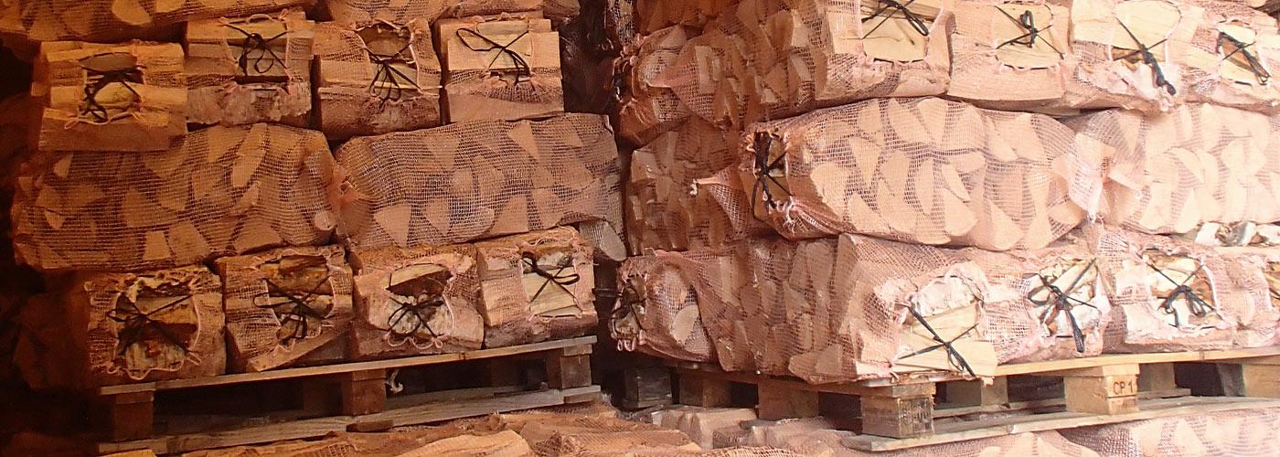 Riktig pris på ved vurderes ut fra hvor tørr den er og hva slags tresort som er benyttess. Norsk tørr fyringsved fra Hole ved Asker og Bærum lagret i sekker på pall.