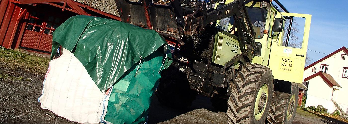 Du kan kjøpe vedsekk eller pall med ved. Traktor frakter dem til døra di i Asker, Hole og bærum.